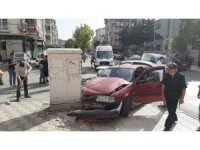 Seyir halindeki iki otomobil çarpıştı: 1 yaralı