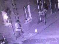 Damat kayınvalidesinin evini yakarken kameraya yakalandı