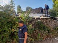 Kars'ta bir ev tamamen yandı