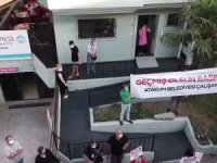 Balkona çıkan Deveci, kendisini ziyarete gelen belediye çalışanları ve halkı selamladı.