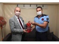 İtfaiyecilerden Başkan'a yangın tüpü hediyesi