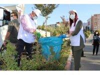 Siirt Valisi Hacıbektaşoğlu, eşiyle birlikte eldivenlerini takıp sokakları temizledi