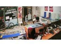 Ataşehir'de iş yerine müşteri gibi giren şahsın para çaldığı anlar kamerada