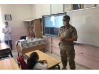 Jandarma eğitim görün çocukları yalnız bırakmadı