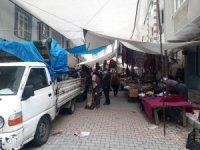 Sokak ortasında kurulan pazar vatandaşlara zor anlar yaşatıyor