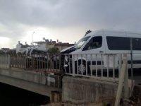 Antalya'da servis aracı ve otomobil çarpıştı: 1 yaralı