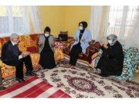 Vali Bilmez'in eşinden 117 yaşındaki Hüseyin dedeye ziyaret