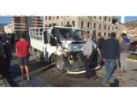 Isparta'da kamyonet park halindeki araca çarptı: 3 yaralı