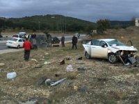 Çarpışan iki otomobil yol kenarına savruldu, sürücülerin burnu dahi kanamadı