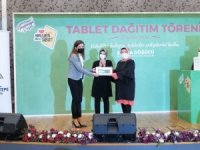 Sancaktepe'de ihtiyaç sahibi öğrencilere tablet hediye edildi