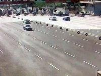 Bursa-İzmir otoyolu Kuzey gişelerine saplanan cipte  3'ü ağır 4 kişi yaralandı