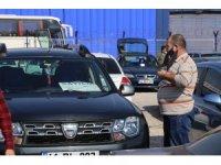 İkinci el araba fiyatlarındaki artışı fırsata çevirmek isteyen araç sahipleri oto pazarlarına akın etti
