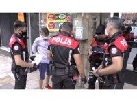 Gençlerin üzerinden çıkan uyuşturucu ve aparatların ardından 2 kişi gözaltına alındı