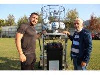 Eski futbolcudan yerli 'top atma makinesi'