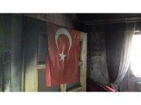 Bir kişinin öldüğü yangında duvarda asılı bulunan Türk bayrağı zarar görmedi