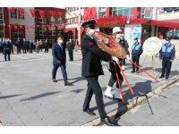 Erciş'te 29 Ekim kutlama programı çelenk sunumuyla başladı