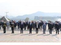 Vali cadde boyu gezerek esnafa ve vatandaşa Türk bayrağı dağıttı
