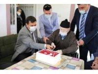 Vali Arslantaş'tan Cumhuriyet doğumlu Mehmet dedeye doğum günü sürprizi