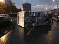 Gaziosmanpaşa'da servis midibüsü devrildi: 8 yaralı
