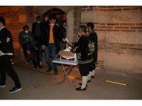 Akşehir Belediyesi vatandaşlara mevlid şekeri dağıttı
