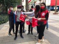 Genç Kızılay üyeleri 5 bin adet Türk bayrağı dağıttı