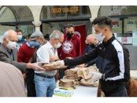 Safranbolu'da Cuma namazı çıkışı simit ve maske dağıtıldı