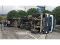Samsun'da katı atık transfer aracı tır devrildi: 1 yaralı
