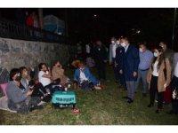 Kuşadası'nda başkanlar geceyi parkta geçiren vatandaşları ziyaret etti