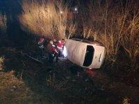 Ağrı'da kaçak göçmenleri taşıyan minibüs şarampole devrildi: 17 yaralı