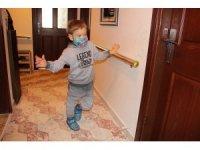 Yürümek isteyen küçük Emir, destek bekliyor