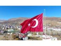 Hizan'da dev Türk bayrağı göndere çekildi