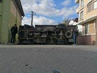 Otomobilin çarptığı nakliye kamyonu yan yattı