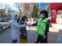 Jandarma ve polis ekipleri kadınlara karanfil dağıttı