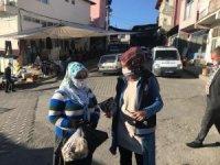 Pazar yeri girişinde kadınlar KADES bilgilendirmesi