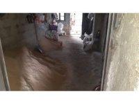 Komşusunun kapattığı su tahliye yolu nedeni ile evini su basıyor