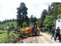 Bolu'da yaylardaki kaçak yapıları yıkılan köylüler valilik önünde toplandı