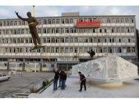 Yarım tonluk bronz heykel vinç yardımıyla taşındı