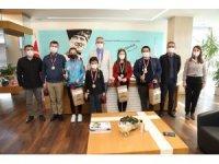 Satranç şampiyonları ödüllerini Başkan Arda'dan aldı