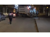 Çöp kamyonu, ekiplerden kaçan otomobili durdurmak için yolu kapattı