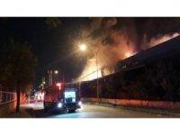 İzmir'in Çiğli ilçesinde bulunan Atatürk Organize Sanayi bölgesinde bulunan bir plastik fabrikasında henüz bilinmeyen bir nedenle yangın çıktı. Yangında iş yerinde bulunan 6 işçi tahliye edildi, yangını söndürme çalışmaları