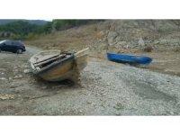 Altınkaya Barajı'nda sular çekildi, kayıklar karada kaldı