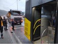 İstanbul'da hafriyat kamyonu İETT otobüsüne çarptı: 9 yaralı