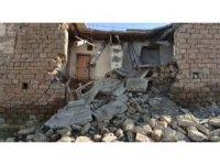 Siirt'teki depremde tek katlı 2 evin farklı bölümleri yıkıldı
