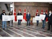 Vali Aksoy, 5 engelliye hibe çeklerini teslim etti