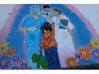 'Sanat sokakta' sanatçıları sağlık çalışanlarını duvara çizdi