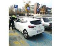 Trafik ekipleri, engelli parklarına park eden sürücülere ceza yağdırdı