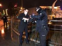 Otel çalışanları görevli polisleri ve gazetecileri unutmadı