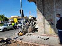 Metro köprüsü ayağına çarpan otomobil sürücüsü hayatını kaybetti