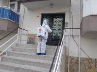 Karesi Belediyesi koronavirüs vakası görülen apartmanların ortak alanlarını ilaçlıyor
