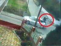 Otomobille çarpışan bisikletlinin metrelerce havaya uçtuğu anlar kamerada